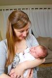 新出生愉快的母亲对负 免版税库存图片