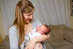 新出生愉快的母亲对负 库存图片