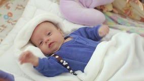 新出生是醒的在小儿床 影视素材