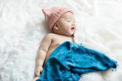 新出生男婴微笑的感觉良好愉快 库存照片