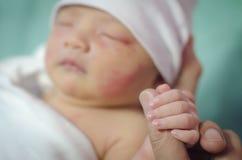 新出生的举行手 免版税库存图片