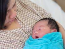 新出生的亚裔婴孩和母亲 库存照片