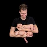新出生的双婴孩的爸爸 库存图片