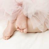 新出生的女孩的背景有脚的 库存照片