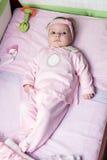 新出生的女婴在床上放置 免版税库存照片