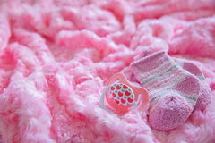 新出生的女婴的初生婴儿用品 库存图片
