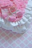 新出生的女婴的初生婴儿用品 免版税图库摄影