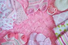 新出生的女婴的初生婴儿用品 免版税库存照片