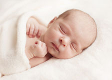 新出生的女婴睡着在毯子。 库存图片