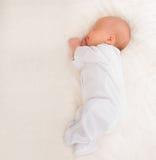 新出生的婴孩休眠 库存图片