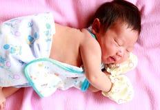 新出生的婴孩年岁2天睡觉 图库摄影
