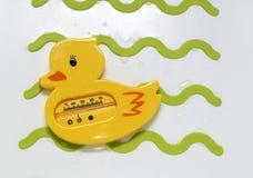 新出生的婴孩浴的黄色鸭子水温度计 免版税图库摄影