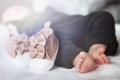 新出生的婴孩的英尺 鞋类和童鞋 母性的美好的概念性图象 免版税图库摄影