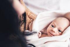 新出生的婴孩看她的母亲 母性的美好的概念 图库摄影