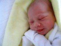 新出生的婴孩谎言和睡眠 免版税库存图片