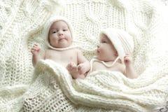 新出生的孪生婴孩 免版税库存图片