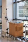 新出生的推车或床在医院走廊 免版税图库摄影