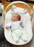 新出生的摇摆婴孩摇摆自动电子椅子 免版税图库摄影