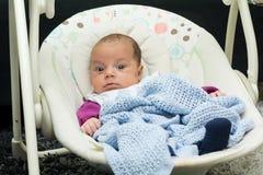 新出生的摇摆婴孩摇摆自动电子椅子 免版税库存照片