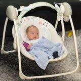 新出生的摇摆婴孩摇摆自动电子椅子 库存图片
