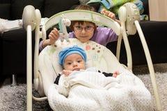 新出生的摇摆婴孩摇摆自动电子椅子 库存照片