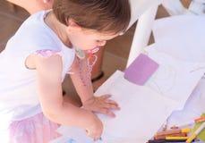 画新出生的柔和的淡色彩的女婴用蜡笔画空白页 免版税库存图片
