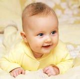 新出生的欧洲3个月的女婴男孩微笑的头 免版税库存图片
