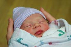 新出生的男婴出生 库存图片