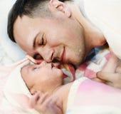 新出生的男婴和爸爸 免版税图库摄影
