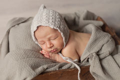 新出生的睡觉的男婴 库存照片