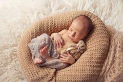 新出生的睡觉的男婴 库存图片