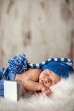 新出生的婴孩在一条白色毯子睡觉 库存照片