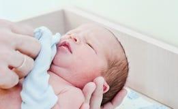 新出生的婴孩在产科医院 免版税库存图片