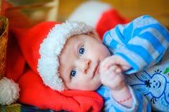 新出生的婴孩在圣诞老人` s盖帽 免版税图库摄影
