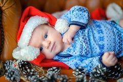 新出生的婴孩在圣诞老人` s盖帽 免版税库存照片