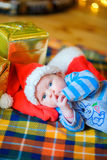 新出生的婴孩在圣诞老人` s盖帽 免版税库存图片