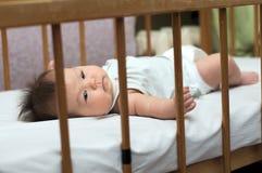新出生的婴孩在床上 库存图片