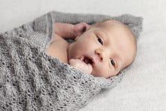 新出生的婴孩在演播室 库存图片