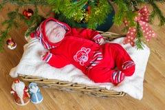 新出生的婴孩在篮子睡觉 库存照片