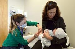新出生的婴孩接种 库存照片