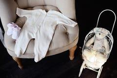 新出生的婴孩的事在椅子说谎 附近有a 图库摄影