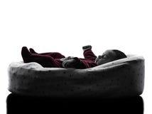 新出生的婴孩睡觉剪影 免版税库存照片