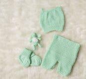 新出生的婴孩衣物,新出生的孩子帽子殴打赃物长裤 免版税图库摄影