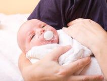新出生的婴孩(在7天岁) 库存照片