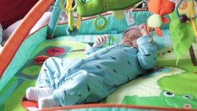 新出生看玩具 影视素材
