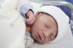 新出生睡觉在医院 免版税图库摄影