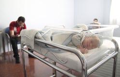 新出生睡觉在医院 免版税库存照片