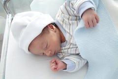 新出生睡觉在医院 库存图片