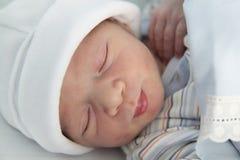新出生睡觉在医院 免版税库存图片