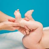 新出生脚的按摩 库存图片